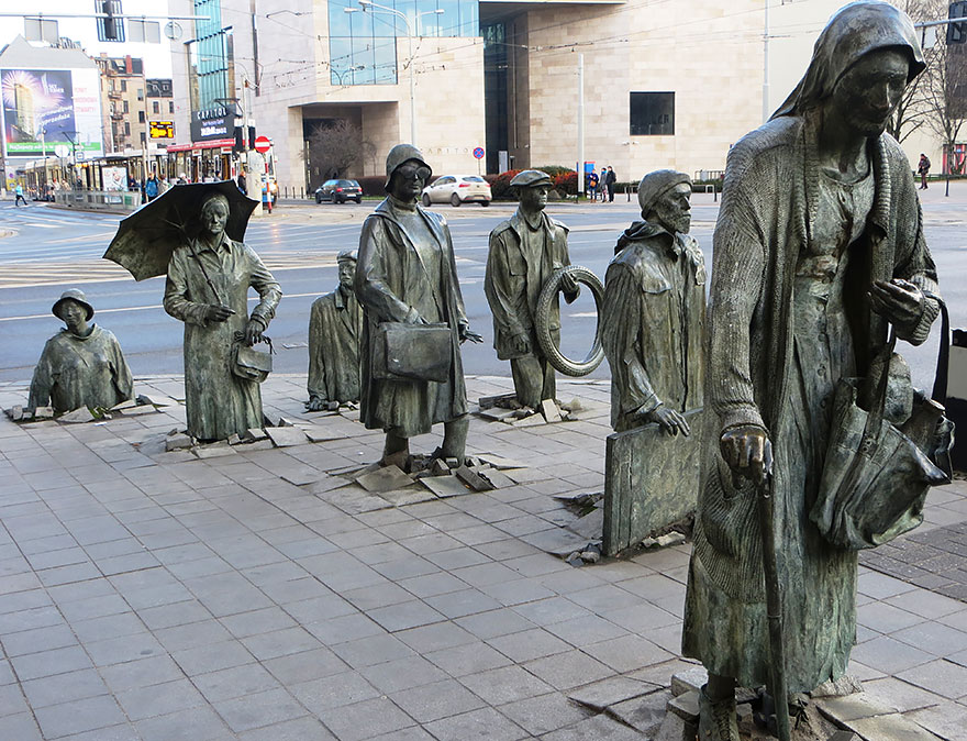 Monumento a los paseantes anónimos (Varsovia, Polonia)