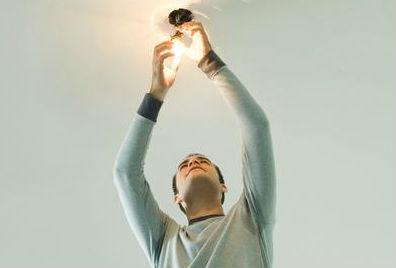 ¿Cómo puedo beneficiarme de la ayuda para pagar la electricidad?
