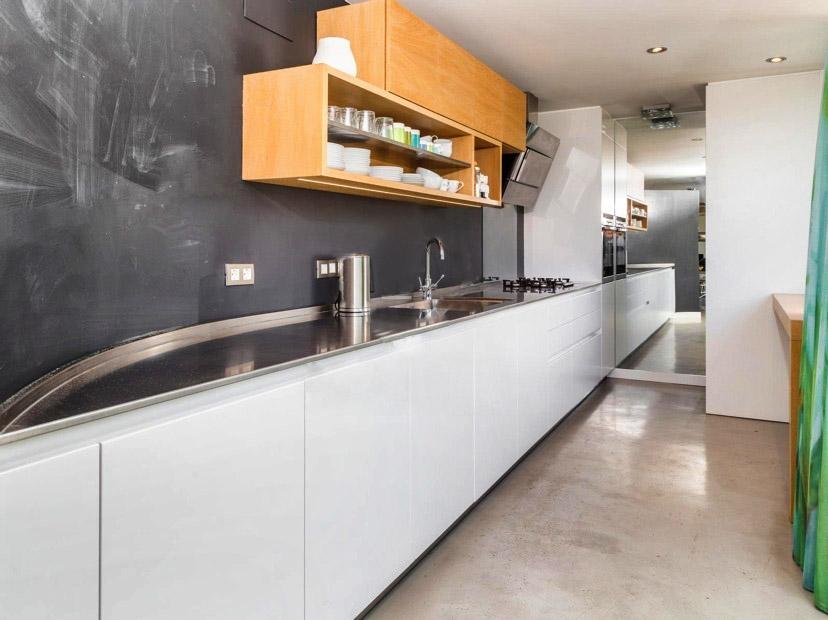 10 cocinas modernas con estilo en casas a la venta for Cocinas modernas barcelona