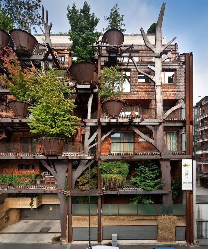 El edificio cuenta con 63 apartamentos repartidos en cinco plantas forradas con más de 150 árboles.