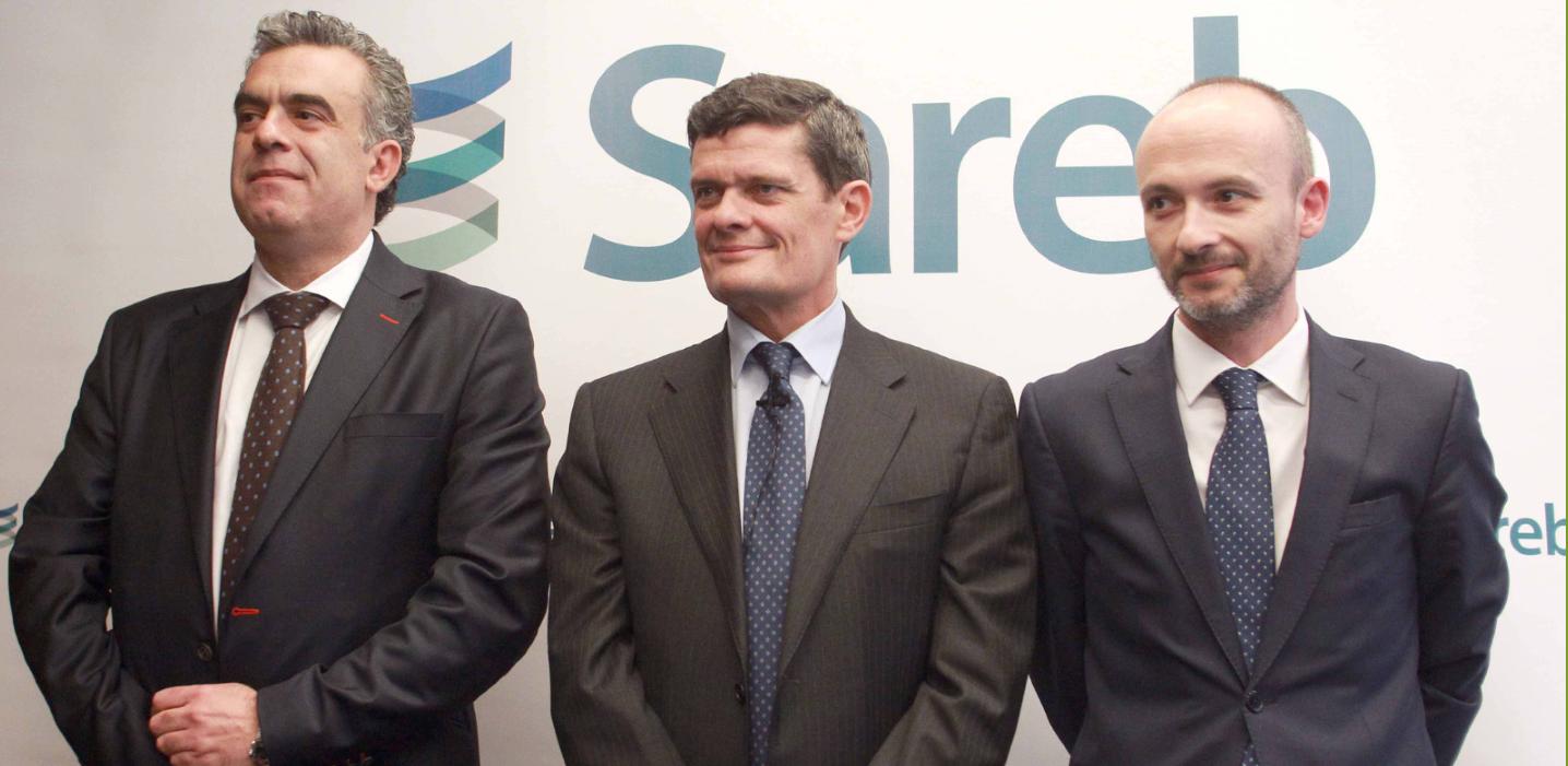 A la izquierda, Manuel Gómez Gilabert, director general de Recursos Globales de Sareb; en el centro, Jaime Echegoyen, presidente