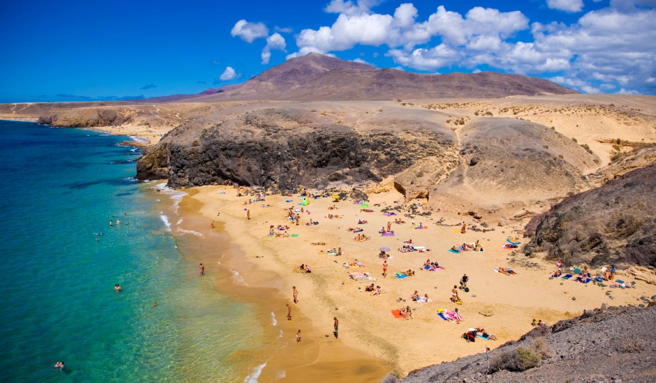 Imagen de una playa de Lanzarote (Islas Canarias)