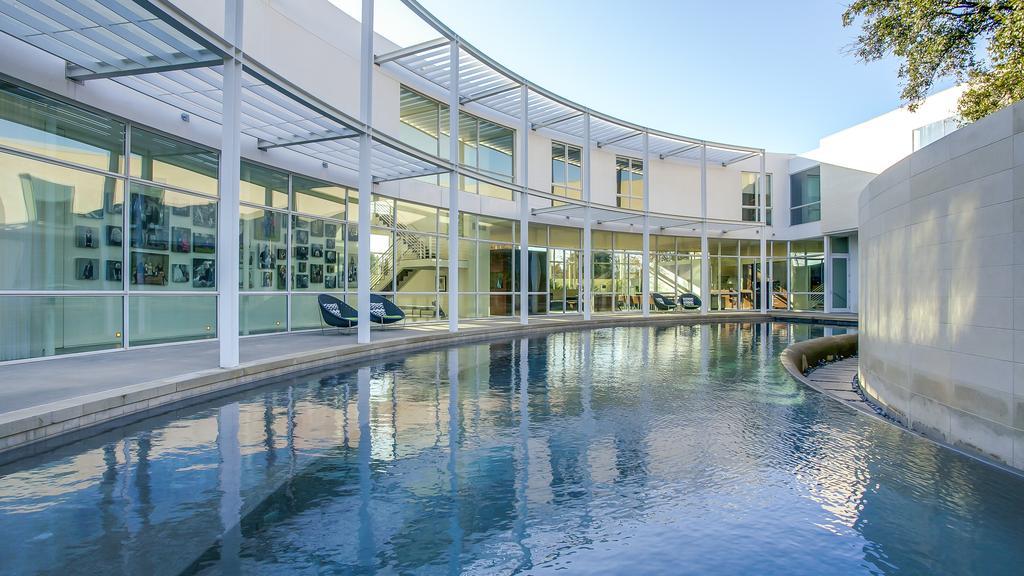 Casas de ensueño: una mansión de lujo con forma de media luna en Dallas