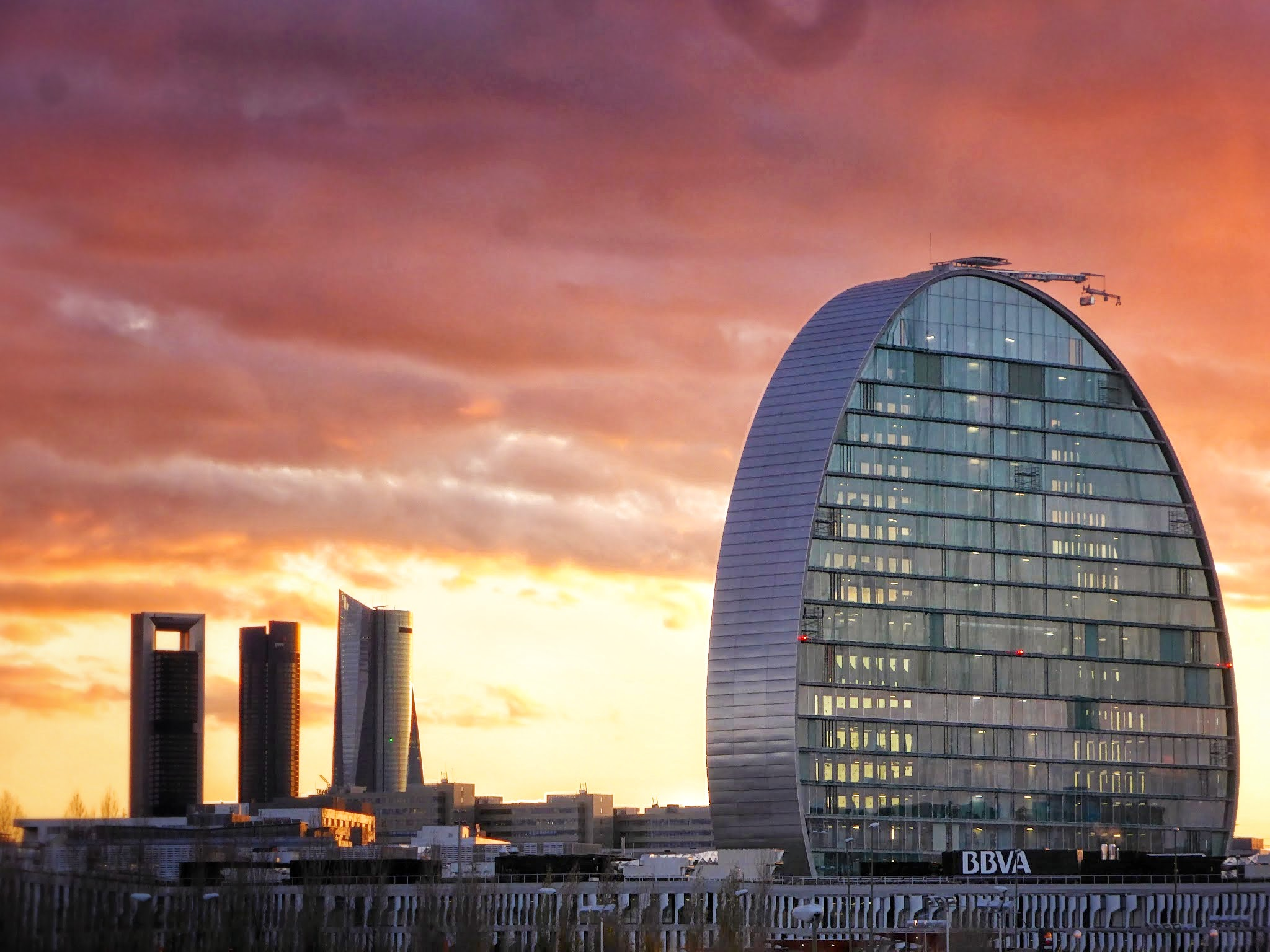 La torre bbva de madrid busca ya nuevos inquilinos for Oficinas bbva madrid capital