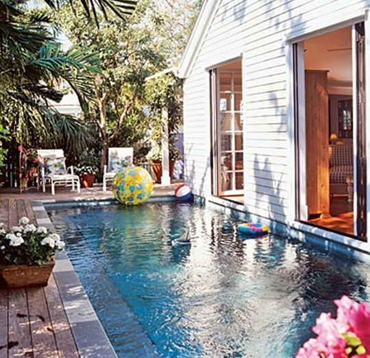 esta piscina de coastal living s que se encuentra en un lateral del patio