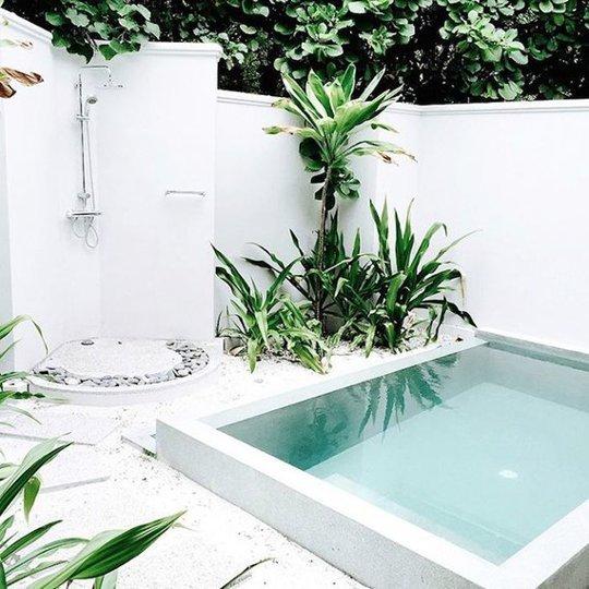 Esta piscina de My Paradissi es lo suficientemente grande para saltar y chapotear un poco. Tiene ducha al aire libre