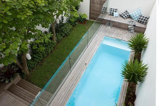 Ideas de decoraci n c mo tener una piscina en un patio for Piscina en jardin de 60 metros