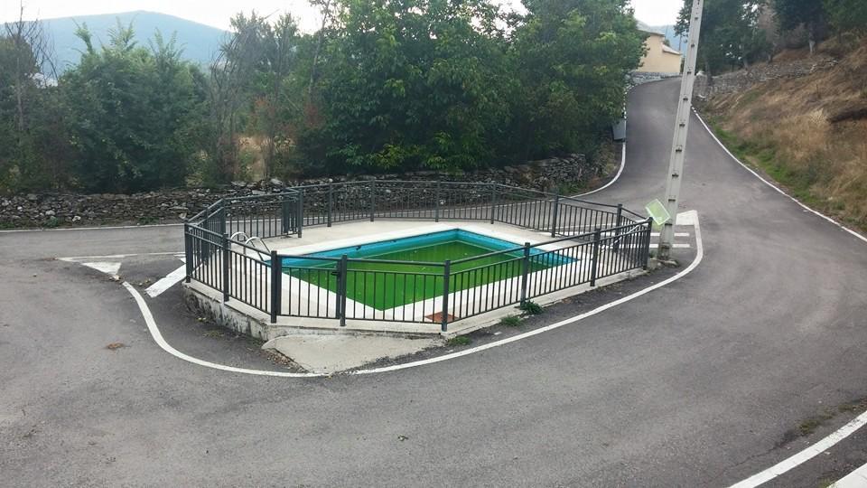La pen ltima tropel a del urbanismo espa ol la piscina municipal dentro de una rotonda - Piscina villanueva de la canada ...