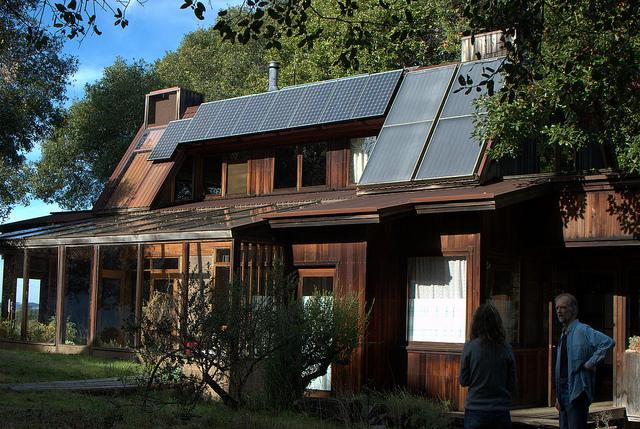 Una casa con paneles solares que generan energía