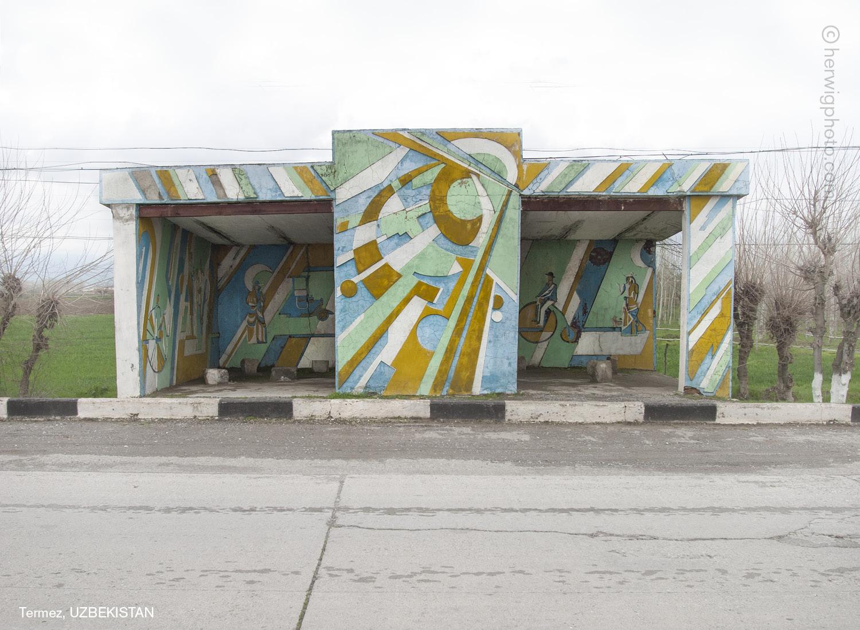 Parada de autobús con grafitis