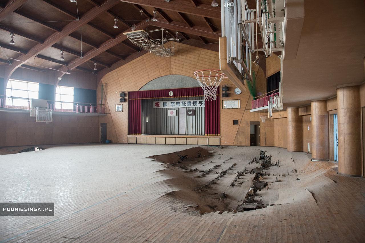 El gimnasio de un colegio en estado de abandono