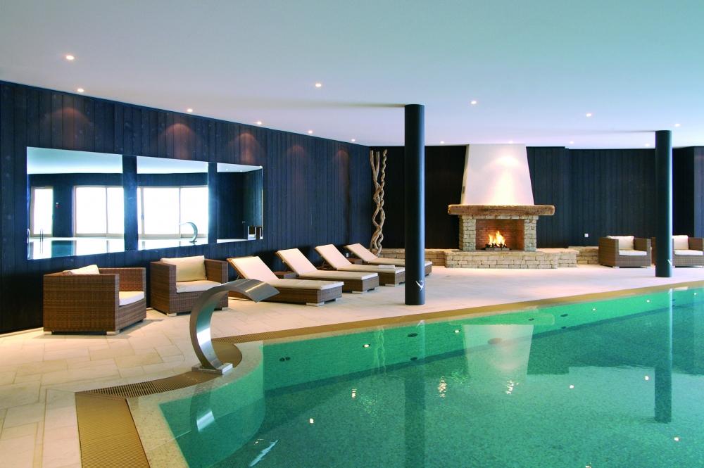 La piscina del hotel de lujo en Suiza