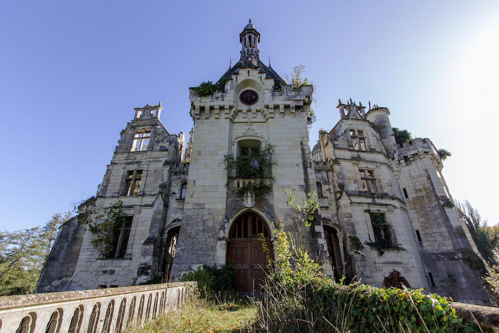 La fachada del castillo abandonado en Francia