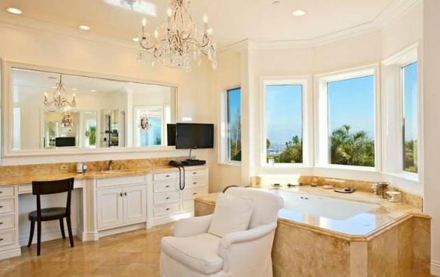 Charlie Sheen vende dos de sus tres mansiones en Los Ángeles tras anunciar que es seropositivo