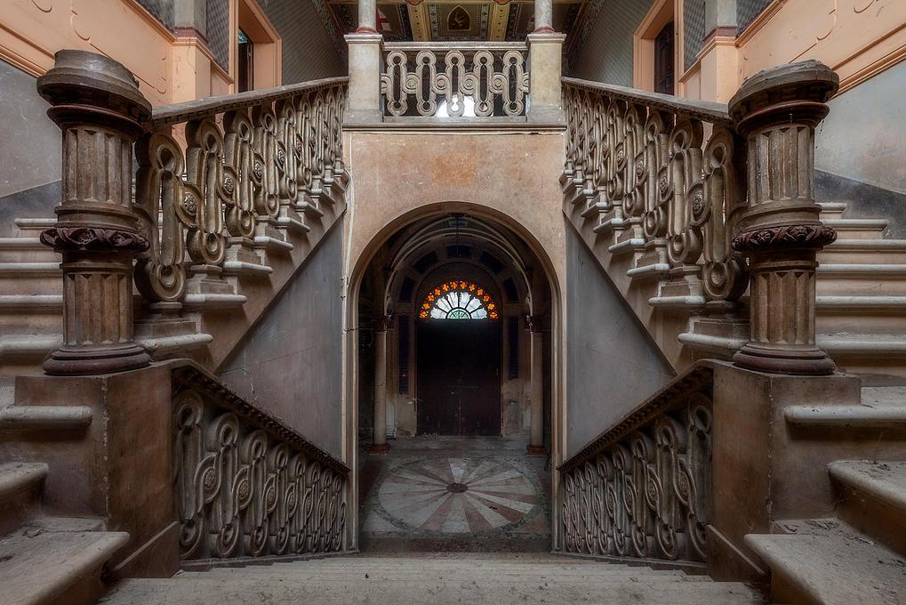Preciosa escalera de un edificio abandonado