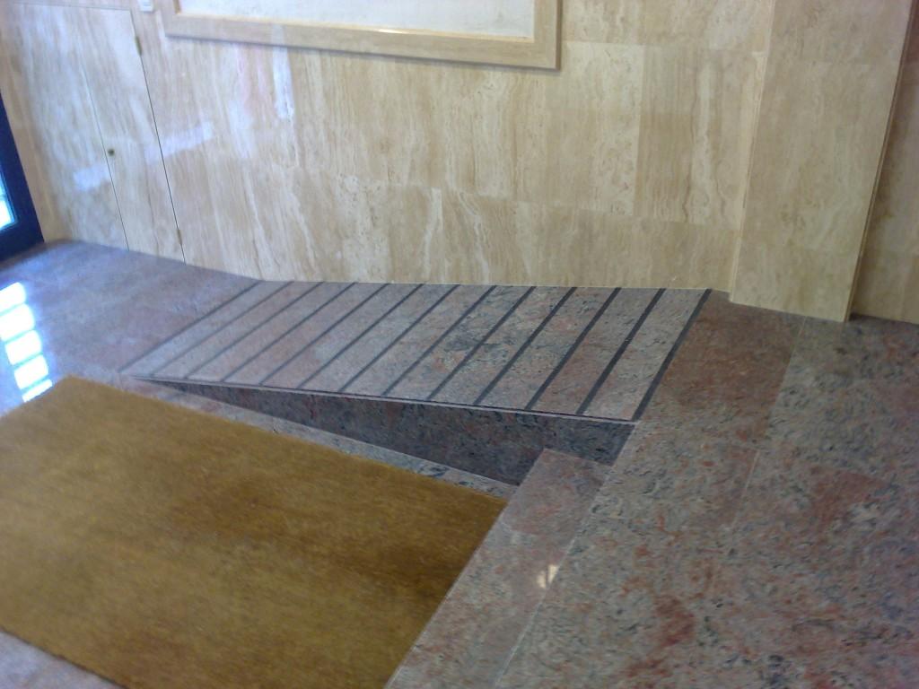 Rampa de acceso al edificio para minusválidos
