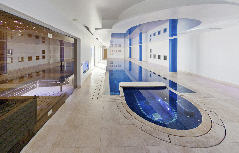La piscina interior de la vivienda de lujo