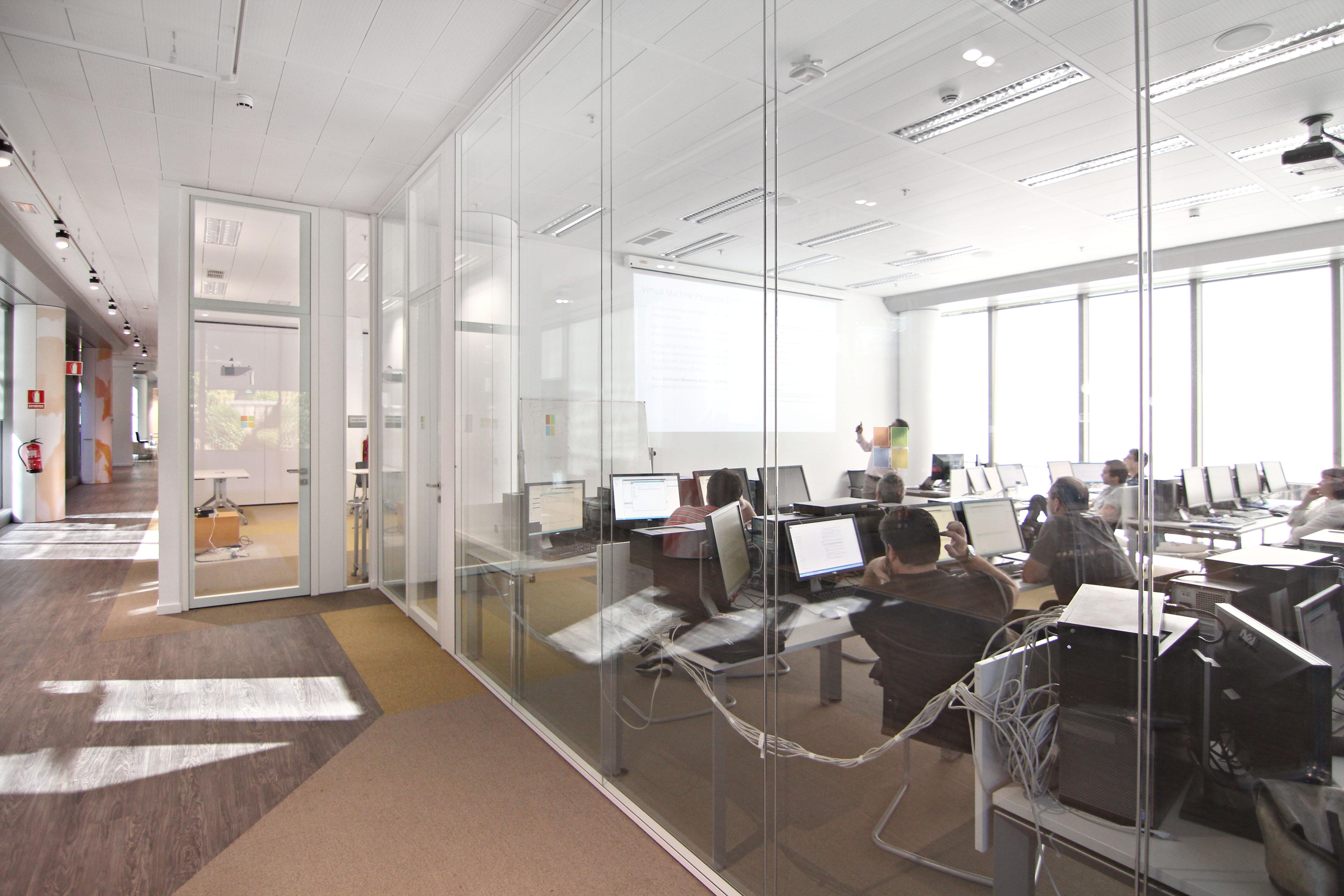La sede de microsoft en madrid una oficina adaptada a los for Oficinas cajasur madrid