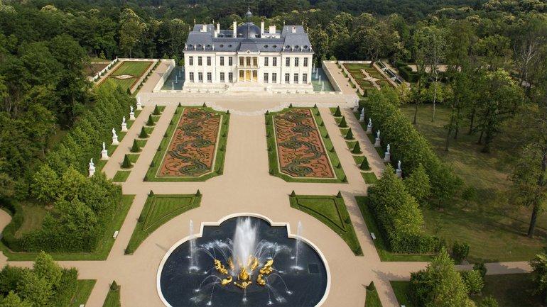 La enorme mansión vista desde el alto