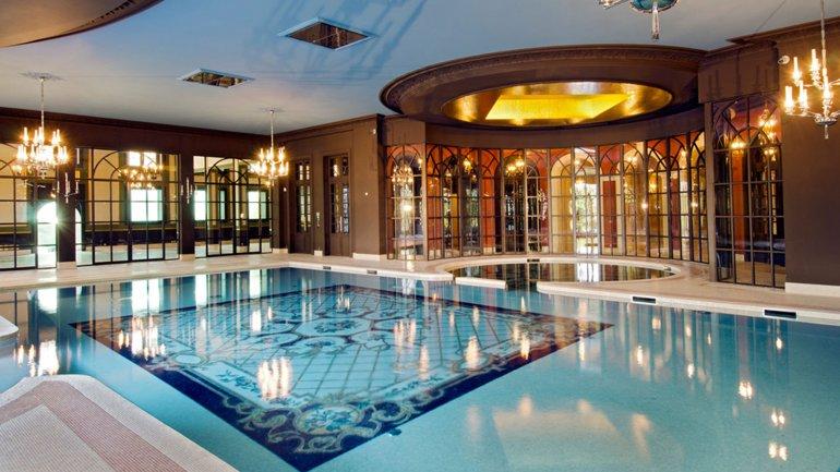 La piscina interior de la casa de lujo en Francia