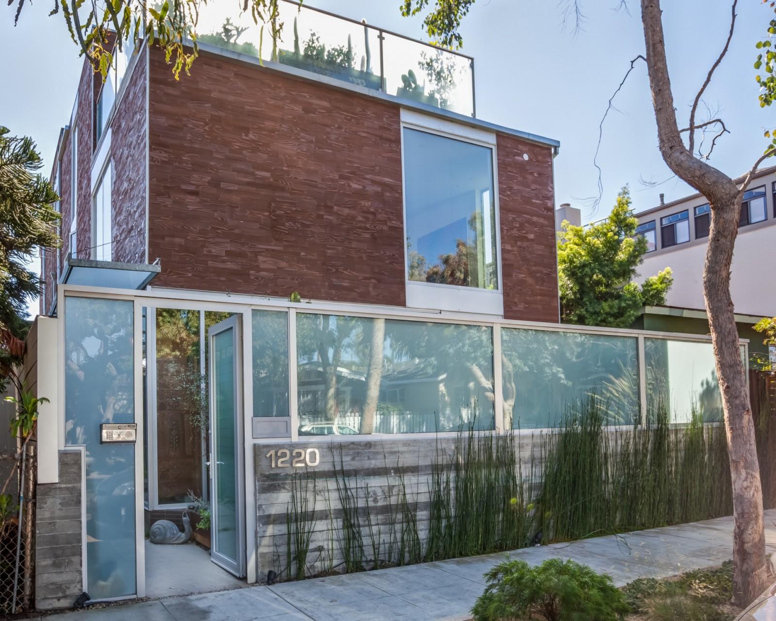 La fachada de la casa de lujo de Venice Beach