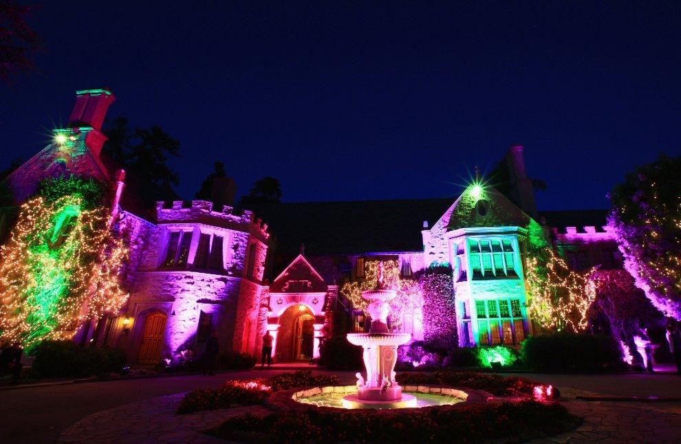 La casa de Playboy iluminada por la noche