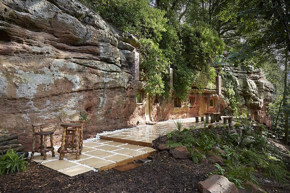 La peculiar casa construida en una cueva