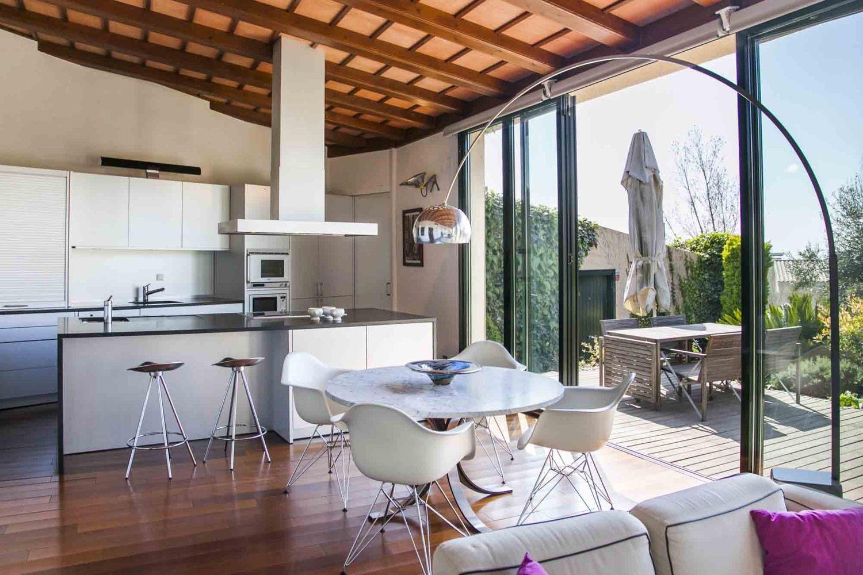 Una amplia cocina de estilo moderno