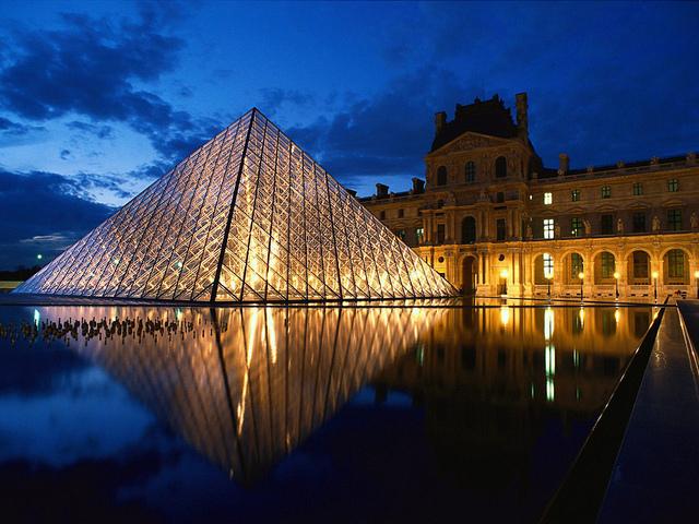 La pirámide de cristal del Louvre