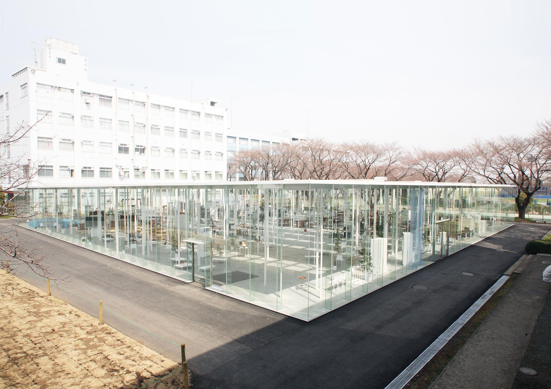 Edificio con paredes de cristal en Japón
