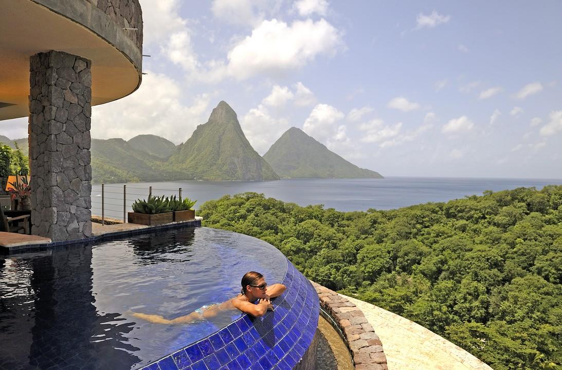 La piscina de horizonte infinito en el Caribe