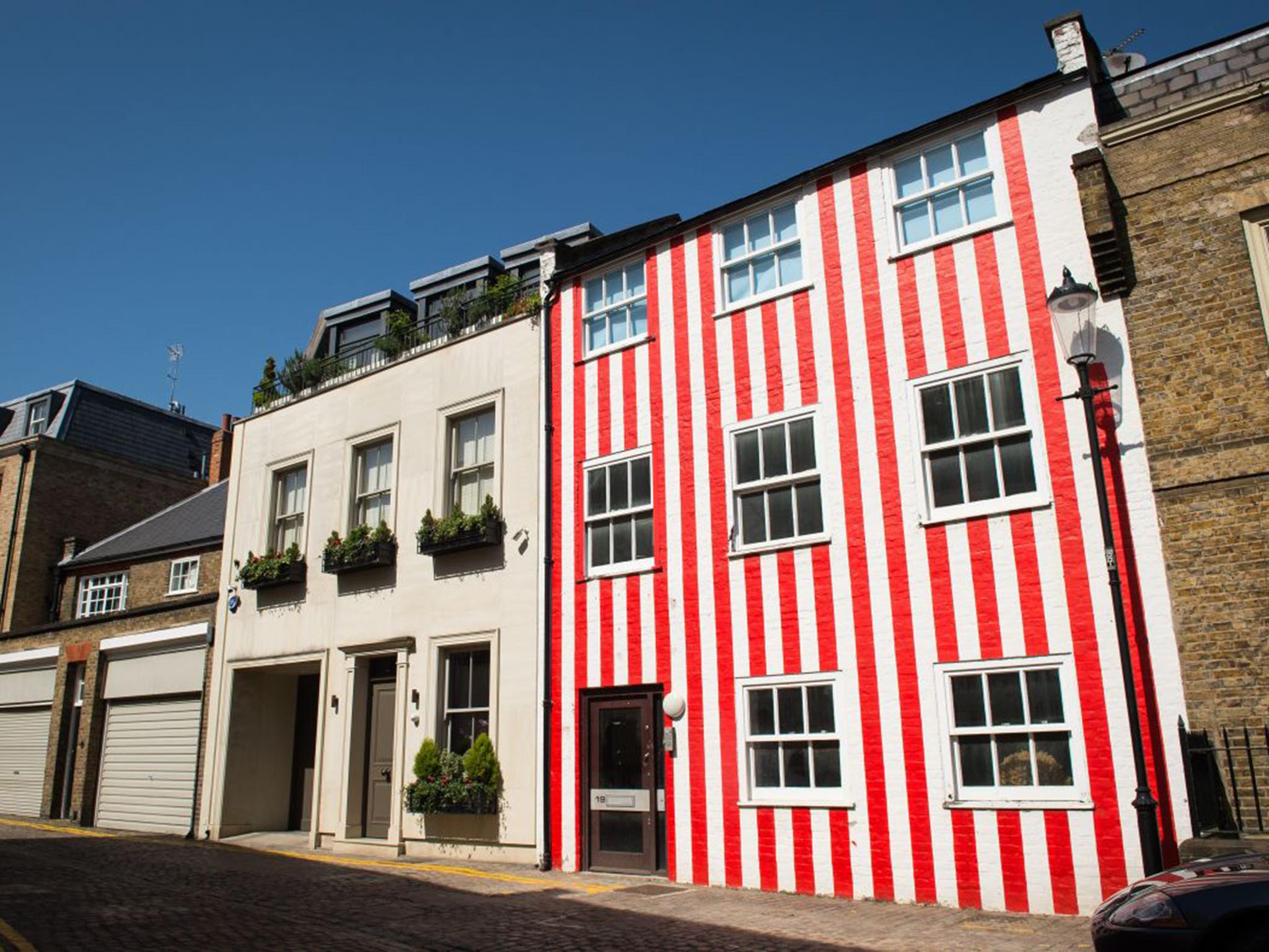 Fachada de una casa pintada a rayas