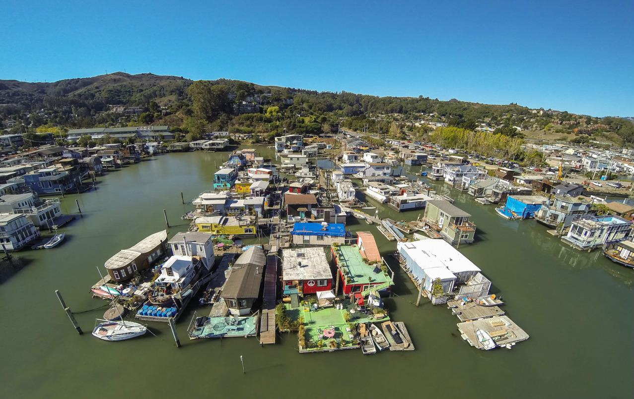 Barrio formado por casas flotantes