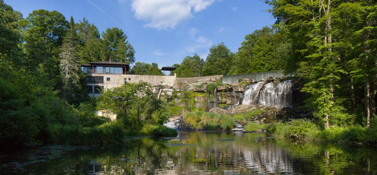 Casas de ensueño: una espectacular mansión con cascada natural en el ...