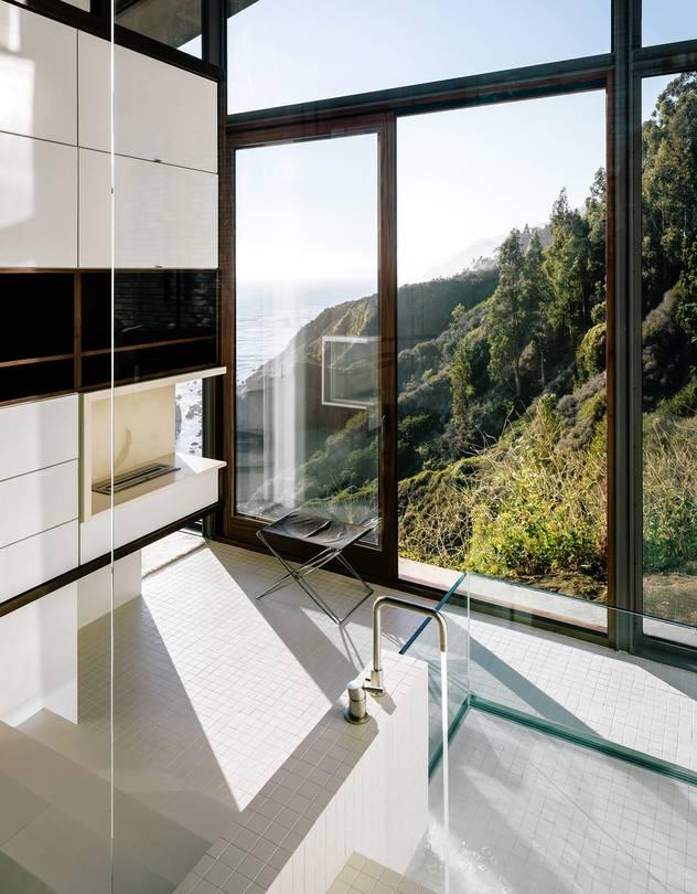 Baño con grandes ventanales