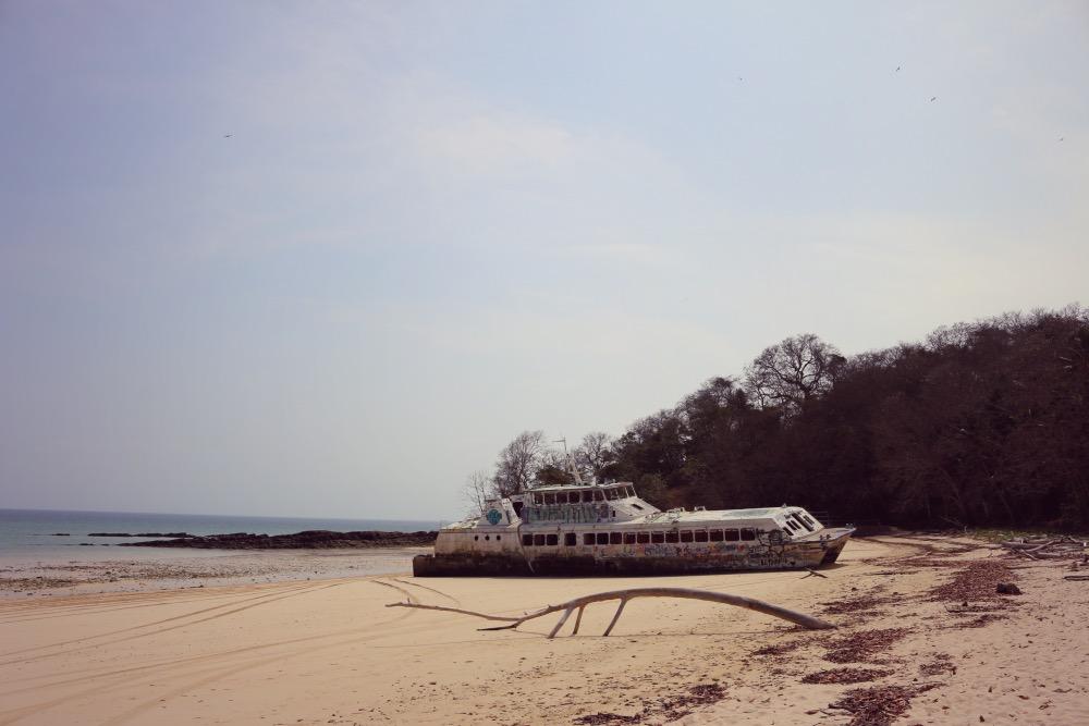 Barco abandonado en una playa de Panamá