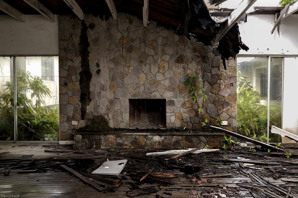 El edificio abandonado en el Caribe