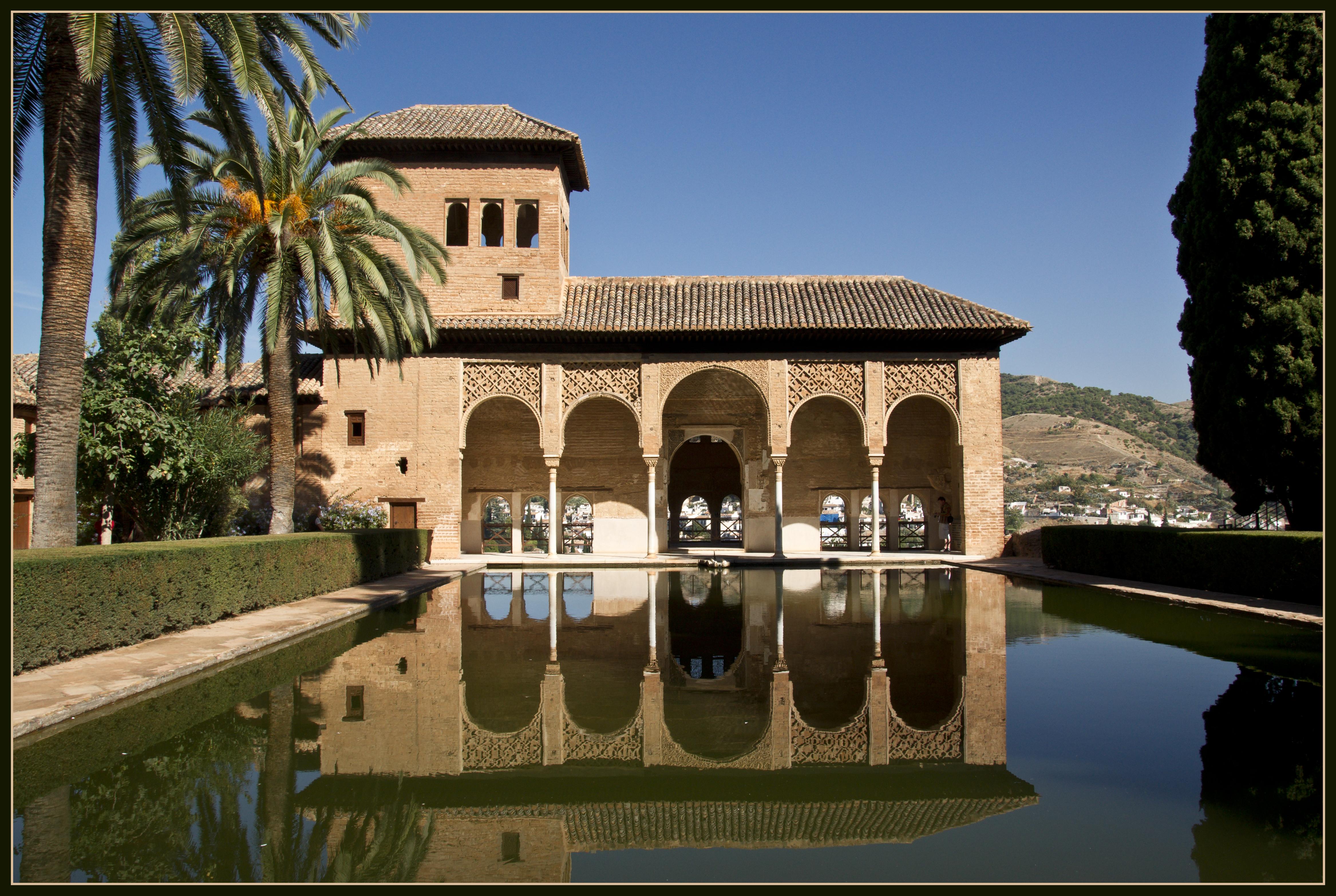 Patio de los Arrayanes en los palacios nazaríes - Alhambra Granada