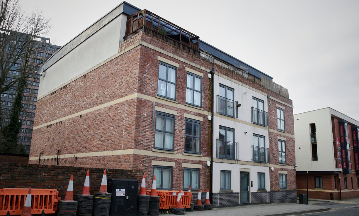 14 pisos en Stockport (valorados en 1,4 millones de libras). The Guardian