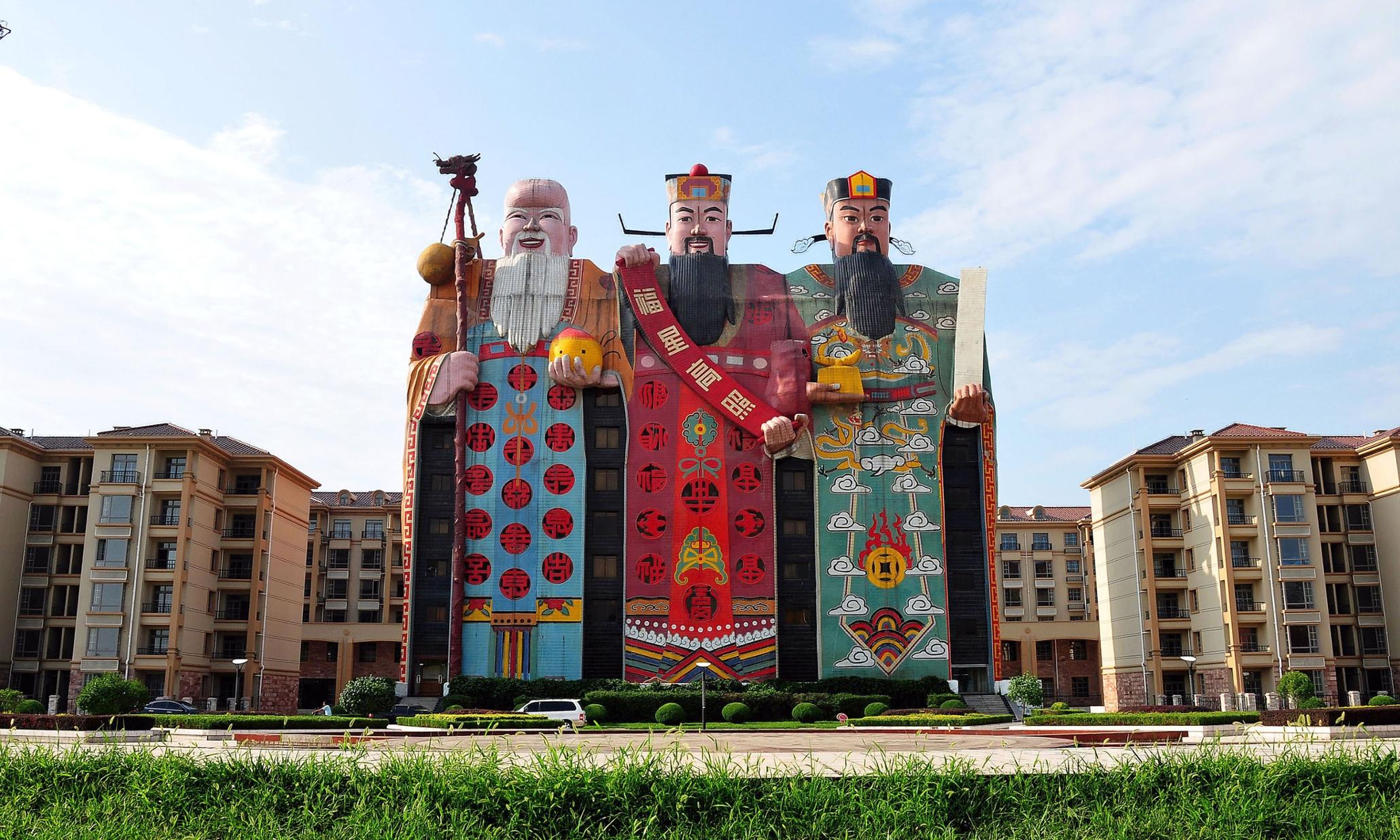 Fachada de edificio con forma de muñecos