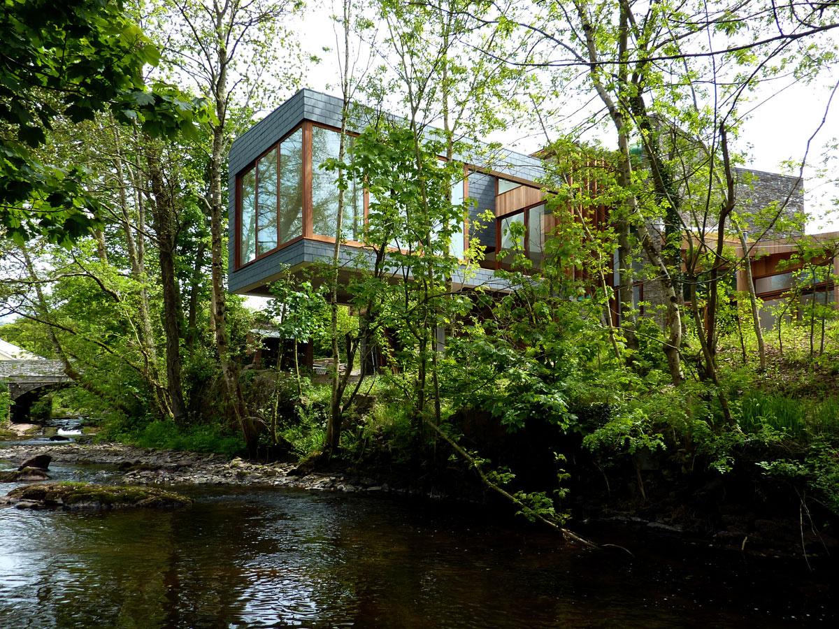 Casa construida sobre un río