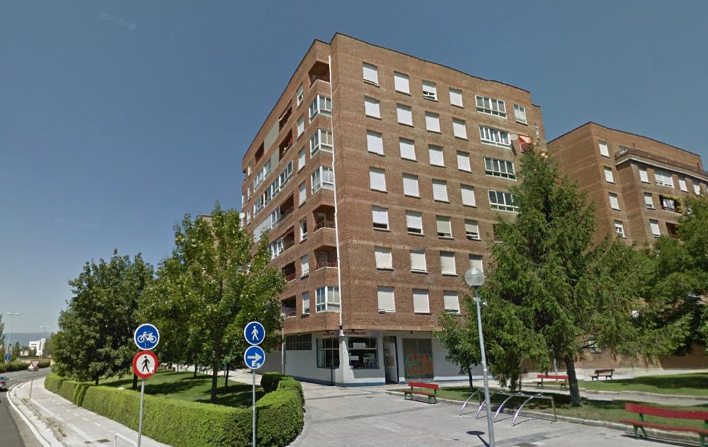 Imagen del edificio en el que Navarra subasta una vivienda