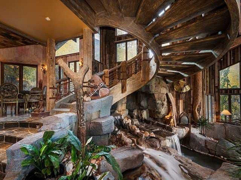 Casas de ensueño: una mansión en la montaña que pasaría desapercibida si no fuera por el río que cruza el salón