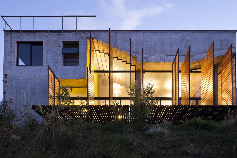 La onírica belleza de una casa con escaleras invertidas que parece sacada de un sueño