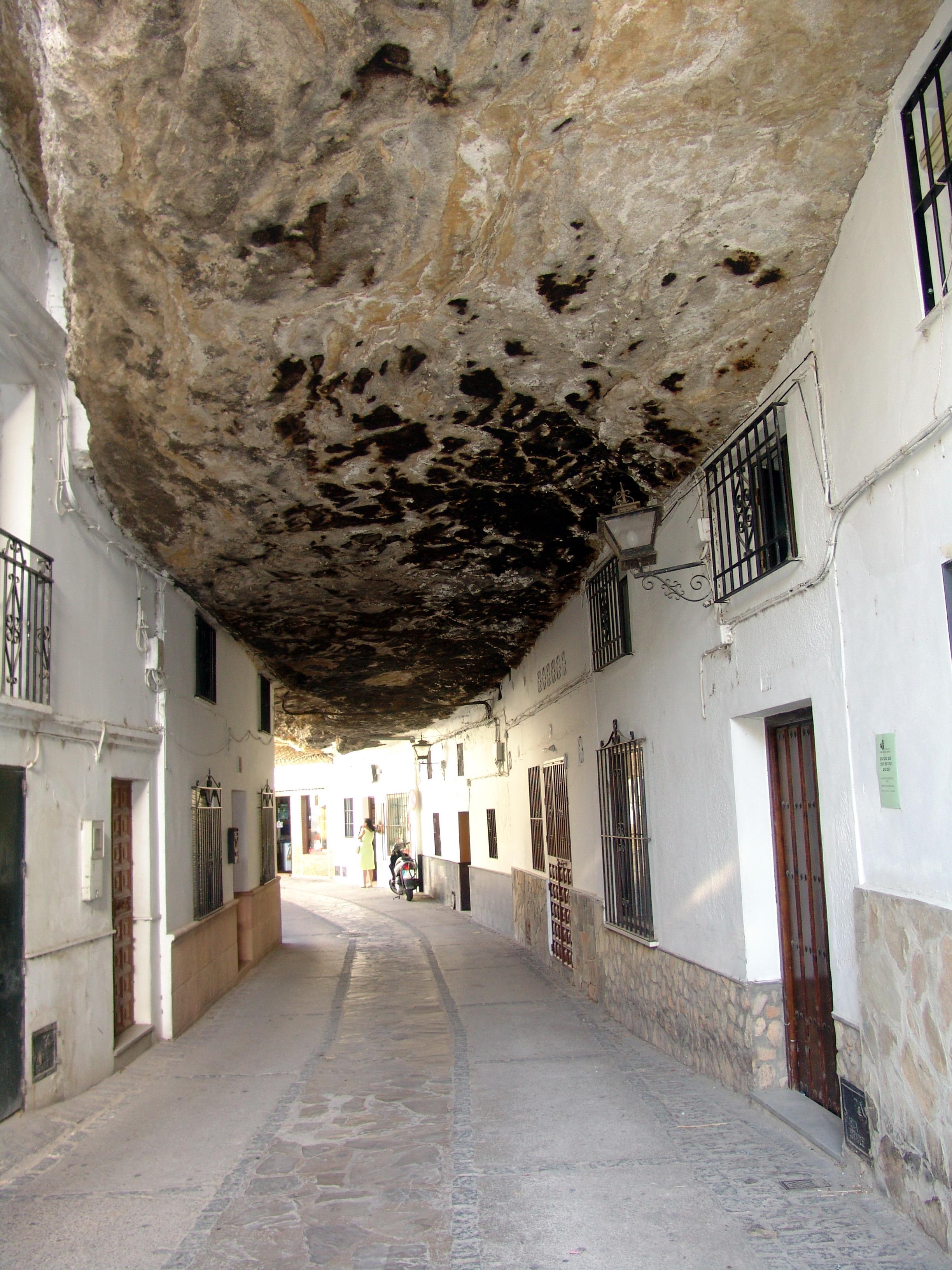 Vivir bajo una gigantesca roca: casas y pueblos ...