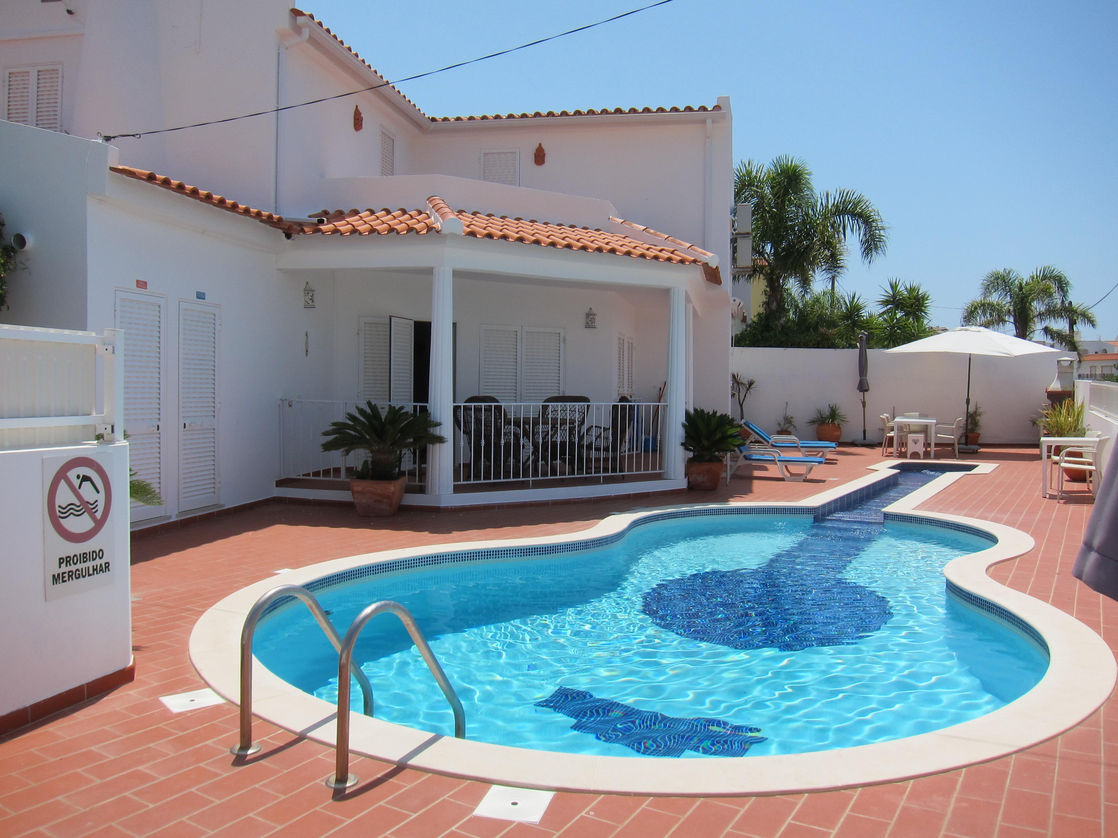 Alojamientos para vacaciones con piscinas originales for Vacaciones en villas con piscina