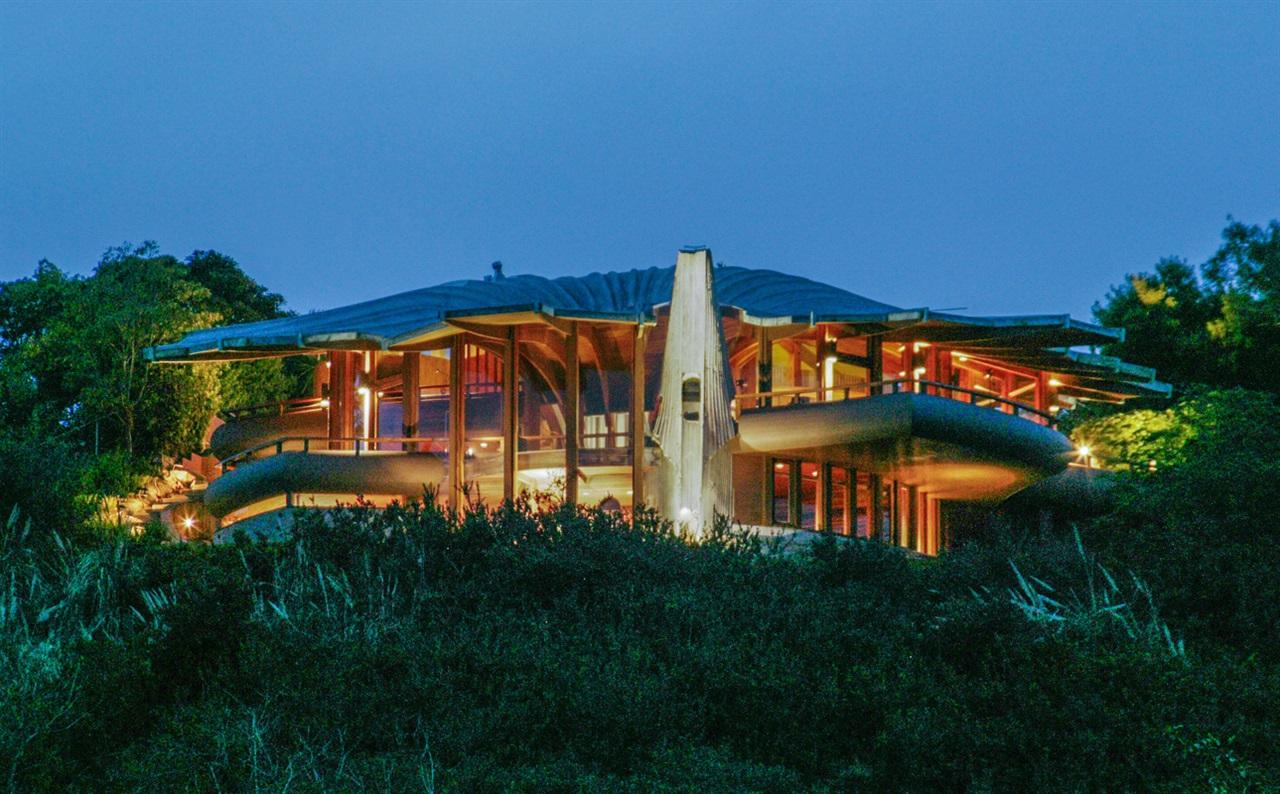 Casas de ensueño: una mansión 'extraterrestre' en lo alto de un acantilado