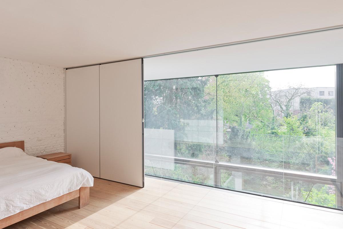 interior de la casa y por estas enormes puertas para asegurarse de que los tres pisos de la vivienda se pudiesen beneficiar de la luz