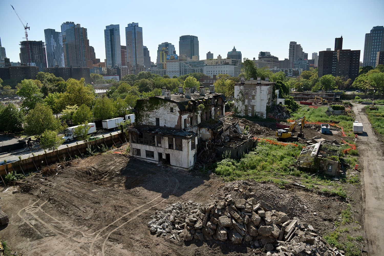 Así se derriban 10 mansiones centenarias para construir un ...