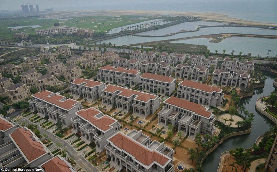 La ciudad fantasma de las 100 mansiones. (c) Central European News